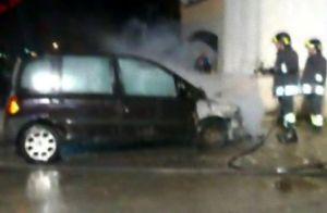 vigili+fuoco-15x10_auto+fiamme