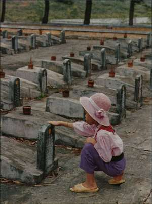 bimbo-cimitero-prega-Vietnam