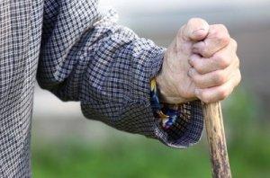 vecchio-mano-bastone-in-legno