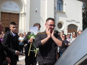 katia-tondi-funerali-emilio-disperato-paese