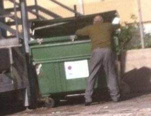 cassonetto-rifiuti..anziano.rovista2