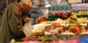 anziano-busta-supermercato-1